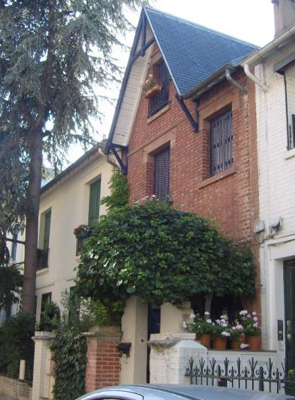 The charm of a walk on the Avenue Junot and Villa Léandre